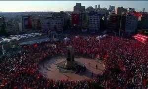 Turcos protestam em favor da democracia e contra a tentativa de golpe