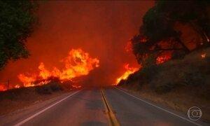 Bombeiros tentam controlar incêndio que já destruiu 18 casas na Califórnia (EUA)