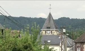 Terroristas matam padre em igreja na França