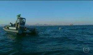 Equipes da Marinha buscam piloto de caça que caiu no litoral do Rio