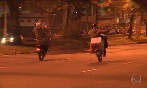 Motociclistas são flagrados fazendo pega em avenida de Porto Alegre