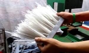 Empresários de Manaus fabricam vassouras com material reciclável