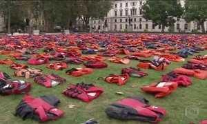 Em Londres, ato em favor dos refugiados tem coletes salva-vidas