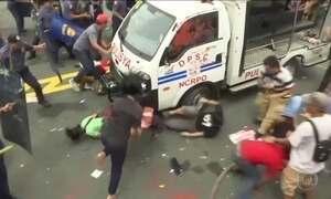 Polícia das Filipinas reprime com violência ato diante da embaixada dos EUA
