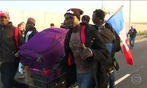 Mais 600 imigrantes são retirados do Campo de Calais nesta terça (25)