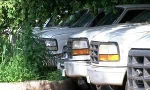 Carros da vigilância sanitária para combate à dengue estão parados em Cuiabá