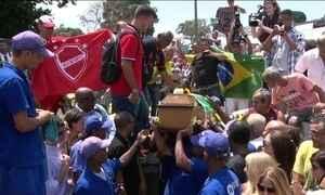Amigos, parentes e fãs se despedem de Carlos Alberto Torres no Rio