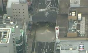 Buraco 'engole' parte de uma rua no centro em Fukuoka