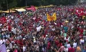 Integrantes de movimentos sociais protestam em SP