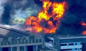 Incêndio destrói fábrica de spray na Grande São Paulo