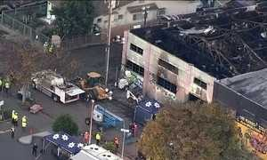 Equipes resgatam 30 corpos de armazém atingido por incêndio nos EUA