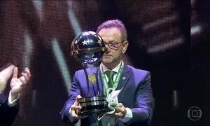 Chapecoense recebe troféu da Copa Sul-Americana com homenagem