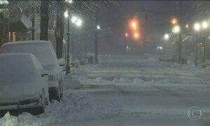 Neve fecha estradas e cancela voos na costa leste dos EUA