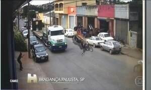Motociclista é arremessado contra caminhão após bater em carro