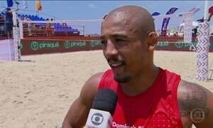 Desafio de futevôlei reúne ator, cantor, lutador e ex-jogador no Rio