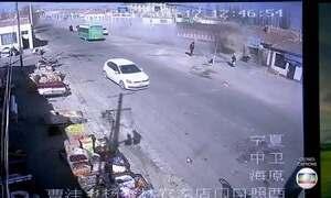 Caminhão desgovernado destrói nove casas na China