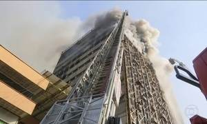 Prédio de 17 andares desaba no Irã
