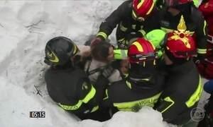Defesa Civil procura sobreviventes em hotel que foi soterrado na Itália