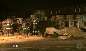 Homem morre em acidente entre carreta, carros e moto na Via Dutra