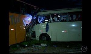 Oito pessoas morrem em acidente entre ônibus de estudantes e outro de sacoleiros