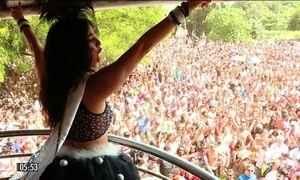 Multidões invadem ruas para brincar em blocos de Carnaval no RJ e em SP