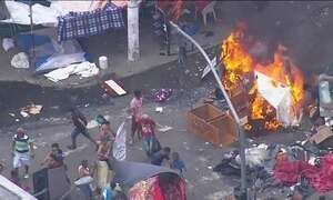 Dependentes químicos enfrentam policiais no centro de São Paulo