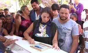 Centenas de pessoas acompanham o velório e o enterro de menina morta por vizinho em GO