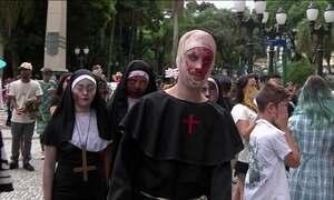 Zumbis invadem Curitiba com muita fantasia e maquiagem, mas sem samba