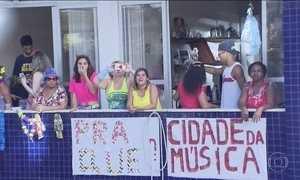 Famílias inteiras se reúnem para curtir o Carnaval em janelas e sacadas