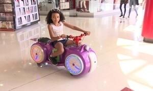 Empresário cria mini motos para as crianças passearem no shopping