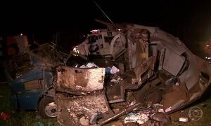 Bandidos explodem carro-forte em rodovia