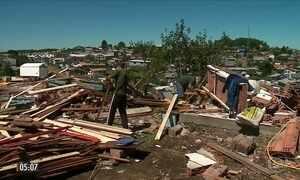 Moradores tentam reerguer casas destruídas por tempestade no RS