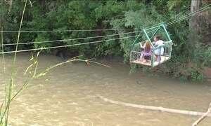 Alunos se arriscam em bondinho para cruzar rio em MT
