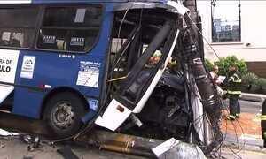 Ônibus sem controle arrasta sete carros em SP