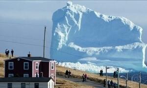 Iceberg no Canadá vira atração turística