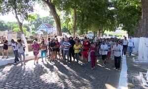Ao som de samba, corpo de Almir Guineto é enterrado no Rio de Janeiro
