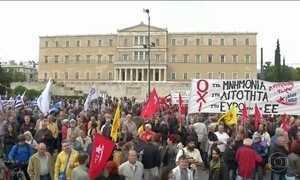 Grécia aprova quinto pacote de austeridade em meio a protestos violentos