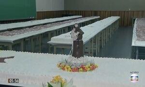 Solteiros recorrem a bolo gigante de Santo Antônio para conseguir casar