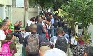 Centenas de pessoas fazem fila para cadastro de emprego no RJ