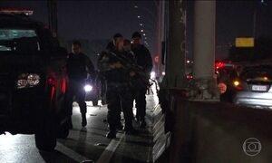 Motoristas vivem momentos de pânico durante tiroteio em via expressa do RJ
