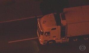 Motorista de caminhão é mantido refém na Avenida Brasil, no Rio