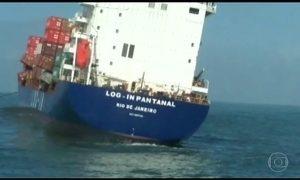 Em Santos (SP), 45 contêineres caem de navio possivelmente pela ressaca