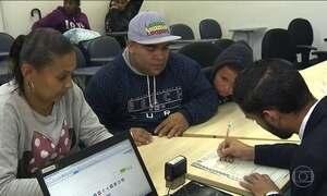 Milhares de crianças ganham os nomes dos pais nos documentos em mutirão em SP