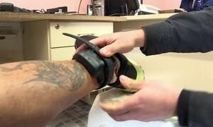 Conheça a rotina de quem usa tornozeleira eletrônica