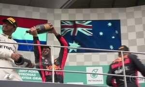 Max Verstappen bate Lewis Hamilton e vence o Grande Prêmio da Malásia