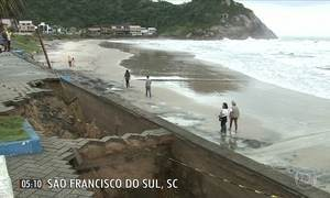 Ressaca destrói parte do calçadão de praia no litoral de SC