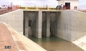 Manifestantes fecham compotas da barragem de Tucutú, no sertão de PE