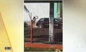 Mulher usa garrafa para destruir o carro do marido durante a briga do casal