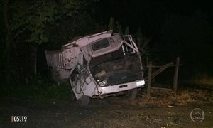 Caminhão causa a morte de três pessoas em ponto de ônibus no litoral de SP