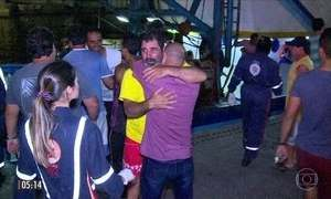 Emoção marca reencontro de sobreviventes de naufrágio com familiares em Niterói, no RJ